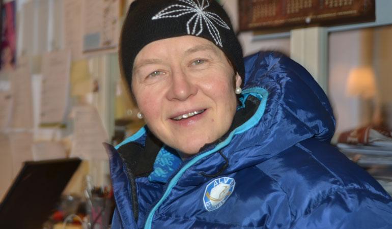 50 ÅR SIDEN: I kveld er det 50 år siden en 13 år gammel Anne Berit Gjermundshaug ga kong Olav blomst i forbindelse med ski-NM i Alvdal i 1969. Arkivfoto: Ivar Thoresen.