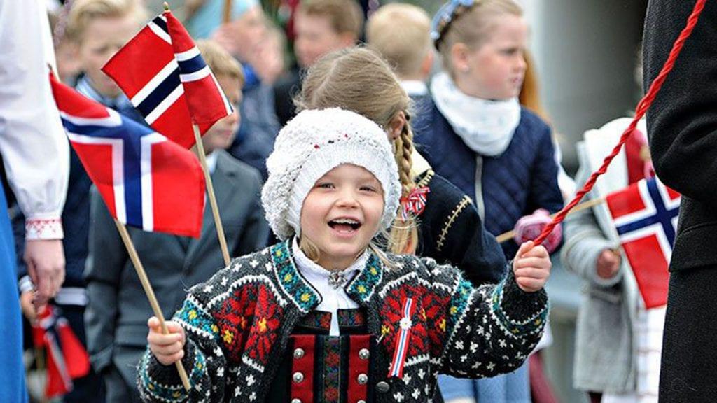 STOR STAS: 17. mai er en festdag for store og små. Her jubler Mia Kristine Storstrøm for Norges nasjonaldag. Foto: Ivar Thoresen