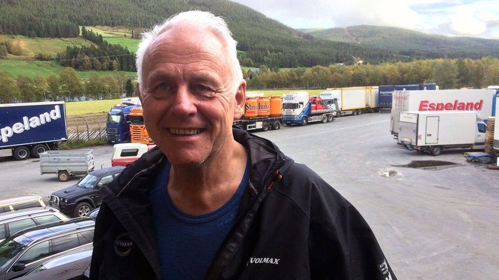 ØNSKER ETTERFØLGER: Inge Espeland har i mange år ledet firmaet Espeland Transport AS, men nå håper han noen andre ønsker jobben hans. Foto: Erland Vingelsgård