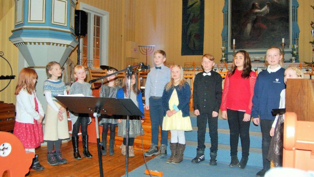 SOM I FJOR: Alvdal Skolekor er en av mange dyktige og lokale aktører som søndag synger jula inn. Her fra fjorårets konsert. Foto: Torstein Sagbakken.
