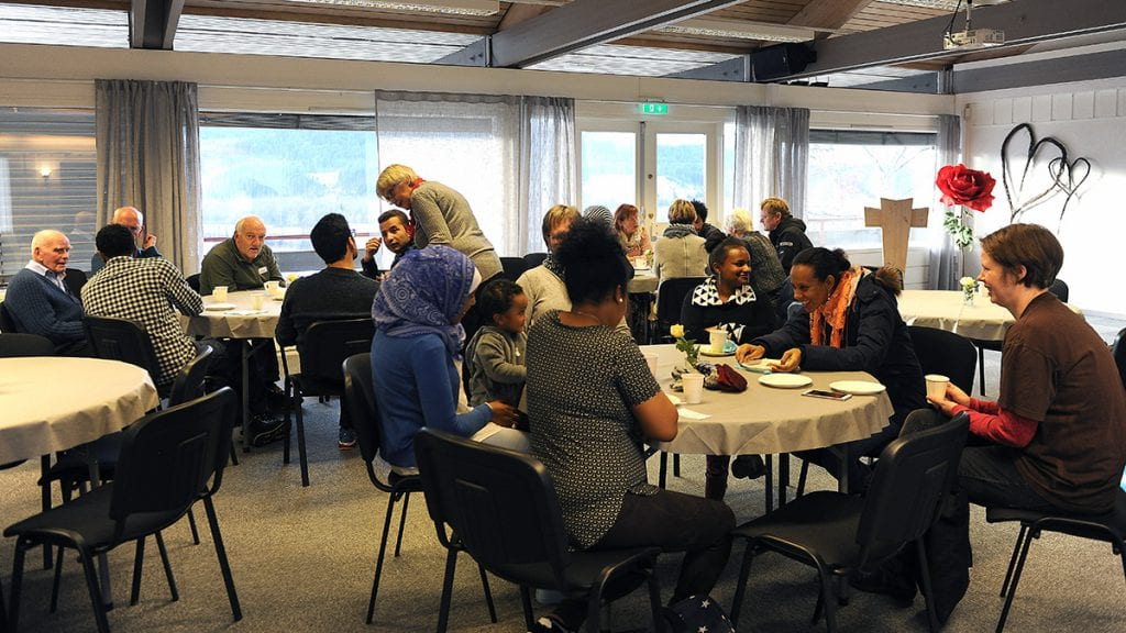 FOLKSOMT: Det har vært bra oppmøte da det har vært språk-kafé på INTO. Foto: Klara Skovro Thoresen.