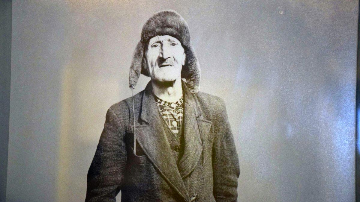 FANTASTISKE BILDER: Leder i Alvdal fotoklubb, Bjørn Langleite er full av respekt for hvor gode bilder Ola Nyeggen tok med det utstyret han hadde på 1950-tallet. Foto: Tore Rasmussen Steien