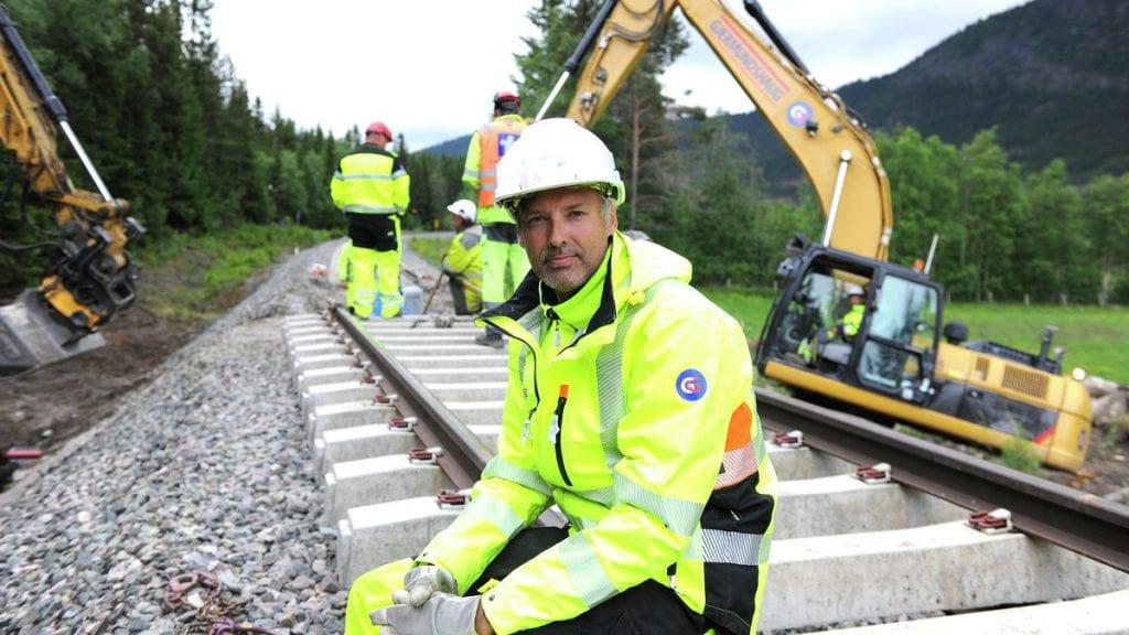 ALLE ER MED: Nyansatt administrasjonssjef i Gjermundshaug Gruppen, Pål Ligård, trår også til når det jobbes på jernbanen gjennom Østerdalen i helga. Foto: Ivar Thoresen
