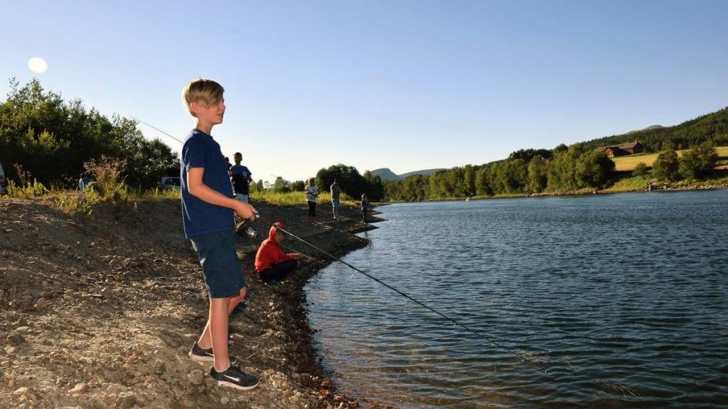 TÅLMODIG: Sindre Kjeldsen Eggestad er en ung fiskeveteran, men hadde ikke hellet med seg under årets Fiskesommer.