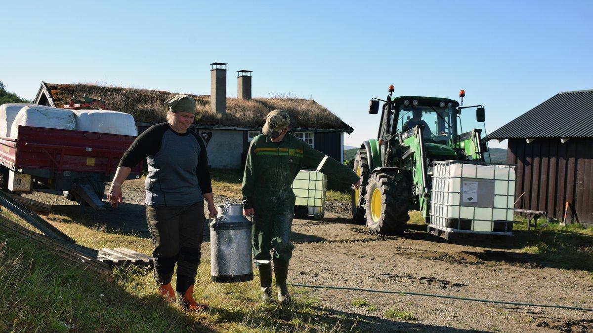 MYE EKSTRA ARBEID: Budeiene Jorid og Edvin Hennum får en del ekstra jobb for å gi vann til dyra.