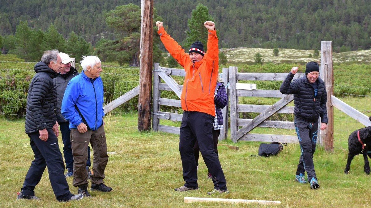 BEHOLDT KONKURRANSEINSTINKTET: Selv om det bare var en uformell konkurranse feirer Knut Leo Abrahamsen og Tor Bøgseth som de har vunnet VM-gull.