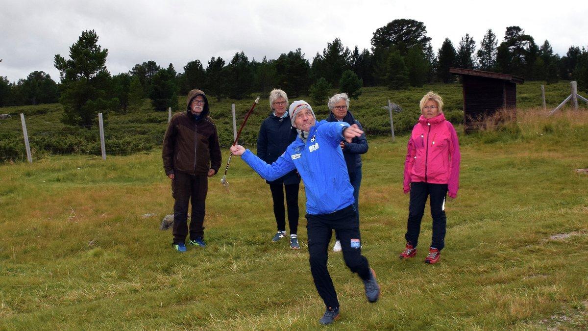 GIR ALT: Det er noen år siden John Riiber konkurrerte på toppnivå, men når det blir konkurranse tar han i. Her sammen med lagkameratene for dagen Per Inge Ree, Nina Bøgseth, Kari Lereim og Kirsti Røli.