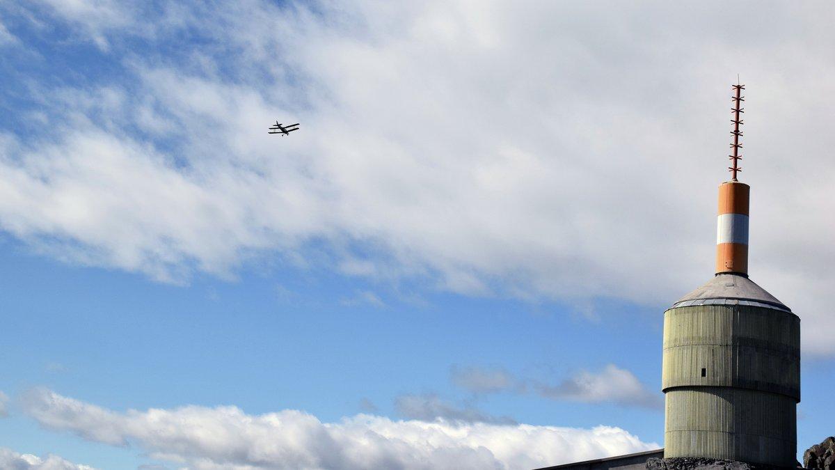 HILSEN FRA HIMMELEN: Et par fly tok turen fra Tynset flyplass og vinket med vingene på veg over.
