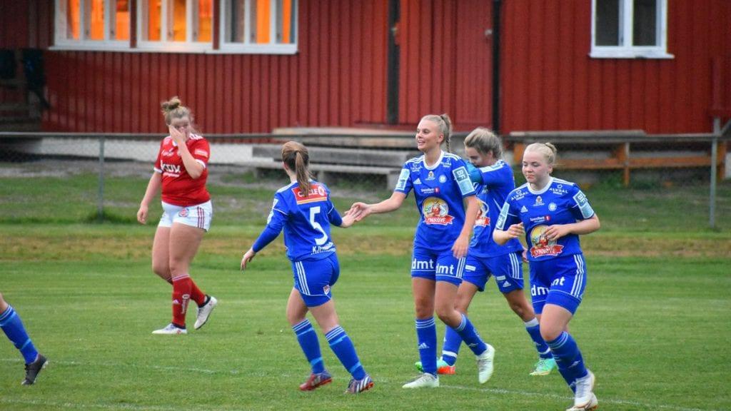 KAN AVSLUTTE MED STIL: Damelaget har slitt på bortebane denne sesongen. Men på lørdag, da Tiller 2 er motstander, kan damene øyne håp om både ett og tre poeng. Foto: Torstein Sagbakken.