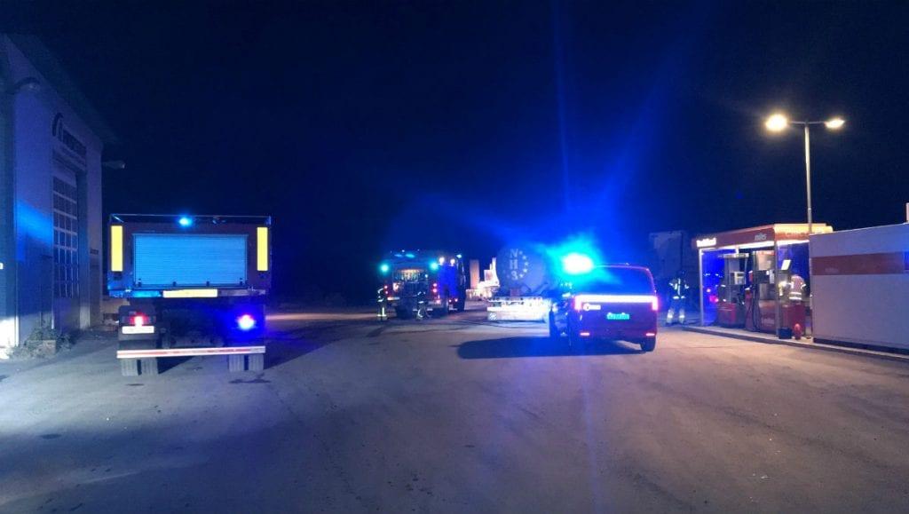 STORE MANNSKAPER: Det var store beredskaper i aksjon da et vogntog fylt med ammoniakk begynte å brenne natt til søndag. Foto: Torstein Sagbakken.