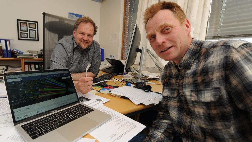 KAN SMILE: Rådmann Erling Straalberg og prosjektleder for fiberutbygging i Alvdal, Per Westgård, er glad for at hele Alvdal innen 2021 får tilgang på fiber. Arkivfoto: Ivar Thoresen.