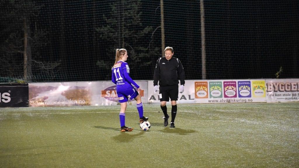 STRÅLTE: Mina Vårtun Aaen scoret to mål i torsdagens seier mot Tolga-Vingelen/Os/Nansen. Hun leverte en god kamp og var toneangivende i alvdølenes spill. Foto: Torstein Sagbakken.
