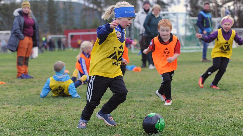 FOKUSERT: Både med- og motspillere ligger strødd igjen på bakken, men her det ingenting å si verken på fokus eller engasjement. Foto: Ivar Thoresen