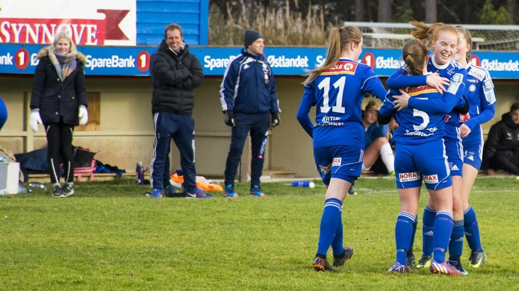 MYE Å FEIRE: Marianne Kjernmoen (5) scoret sitt andre på et fint langskudd som seilet i pen bue over keeper og gikk inn tett på tverrliggeren. Foto: Tore Rasmussen Steien
