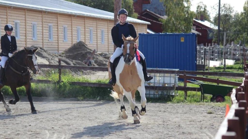 HØYT NIVÅ: Karoline Vestli Engevold på æresrunde i 70cm og Birgitte Garsjø på Fløtten Mira i bakgrunnen. Foto: Privat.