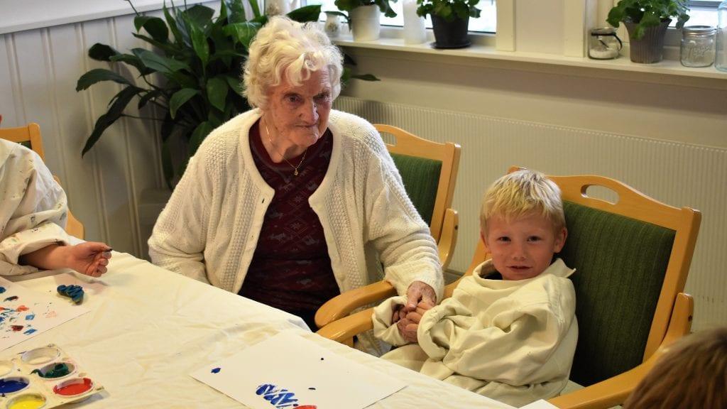 STAS MED OLDEBARN: Arnhild Hogstad synses det var trivelig at oldebarn Edvin Døplass Samuelsen og resten av SFO-barna besøkte henne på Solsida. Foto: Torstein Sagbakken.
