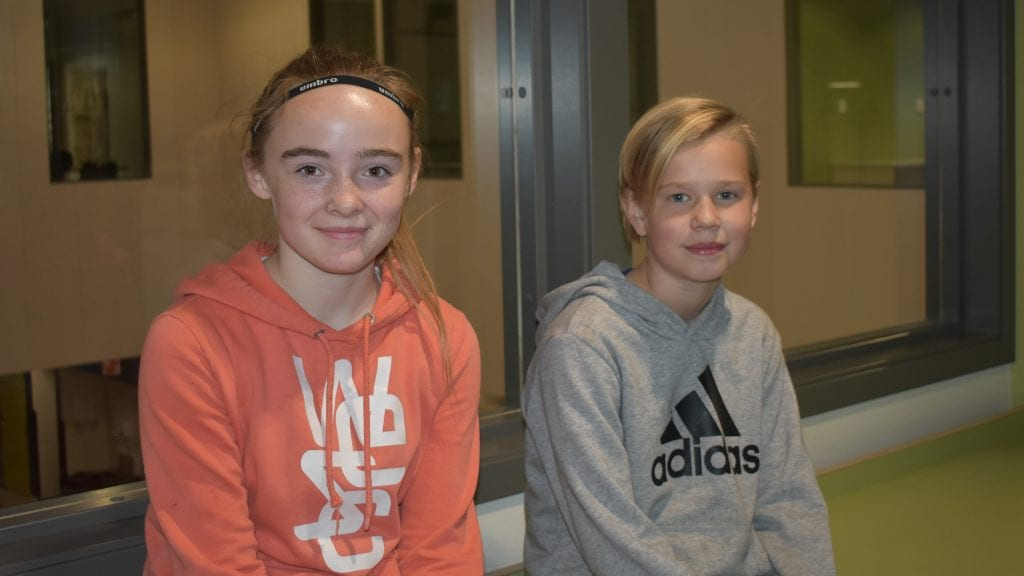 STORTRIVES: De to sjuendeklassingene Anne Stenhaug Furuli og Lidvin Granrud Hogstad er ikke i tvil om at den nye barneskolen på Sjulhustunet er bra. Foto: Torstein Sagbakken.
