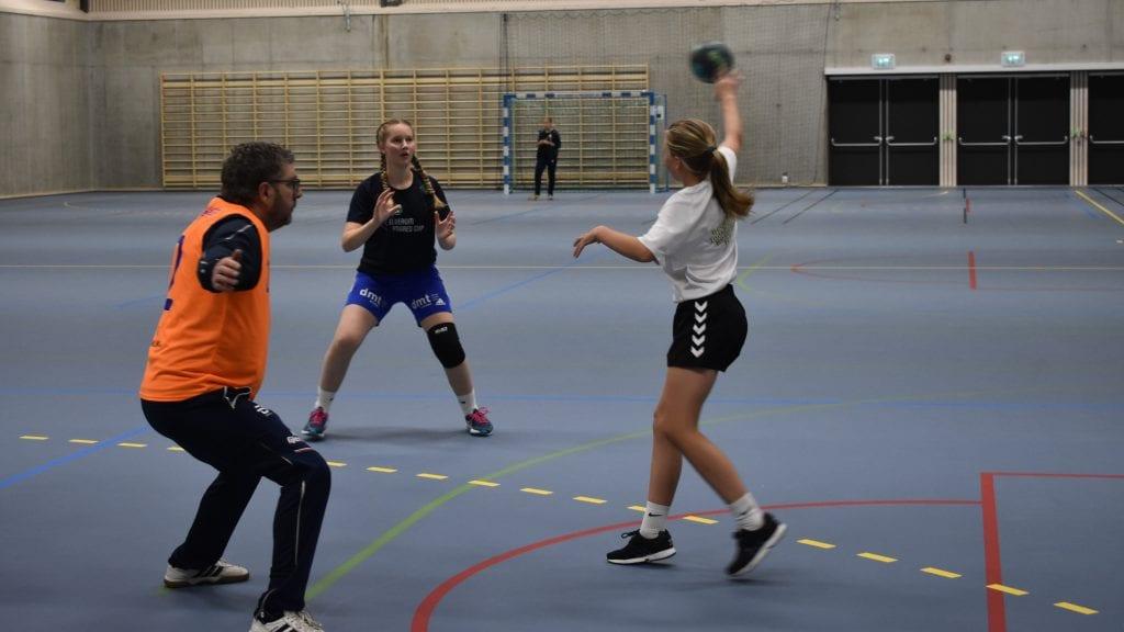 TRENING OG KAMP: Mandag hadde blant annet jenter 14 sin første trening i Alvdalshallen. Lørdag åpner jenter 12 kampballet med to hjemmekamper. Foto: Torstein Sagbakken.