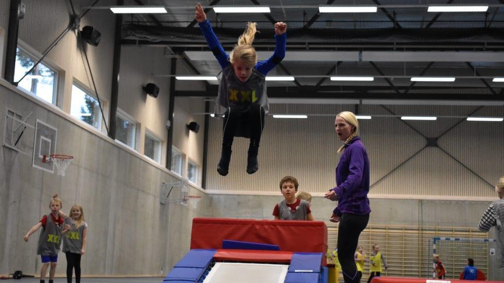 HELT UT: Flere av de unge turnerne lagde flotte stjerner da de svevde i luften. Foto: Torstein Sagbakken.