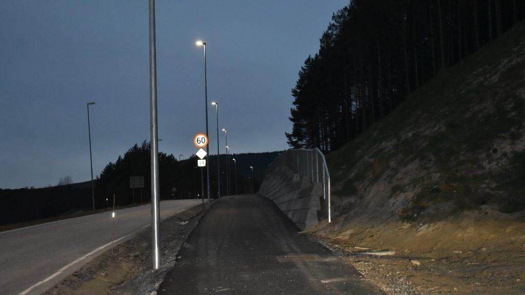 ENDELIG: Nå er det gatelys på plass langs den nye gang- og sykkelvegen langs fylkesveg 29. Det er bra ettersom høstmørket blir mer markant. Foto: Torstein Sagbakken.