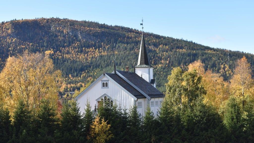 NY PREST: Etter 40 kommer Kari prest til å slutte som prest i Alvdal kirke. Hennes etterfølger er ennå ikke klar, men vikarer er på plass. Foto: Torstein Sagbakken.