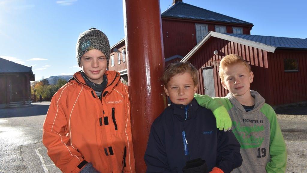 NY SKOLE BLIR TOPP: Dagene på Steigen skole er talte. Nå gleder Jonatan Wevang-Holen, Sander Gjersvold og Odin Løkken seg til de skal begynne på Sjulhustunet. Foto: Torstein Sagbakken.