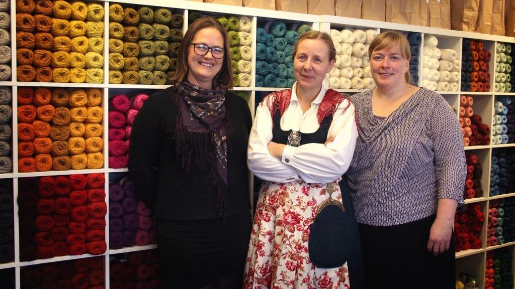 BUTIKK: Britt Guri Nordtun (f.v.), Hege Barstad og Johanna Wåsjø ønsket lørdag velkommen til sin nye butikk Garn i Alvdal. Foto: Anne Skjøtskift