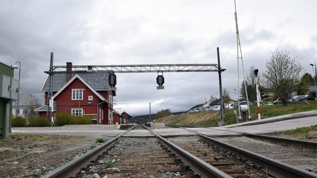 BLIR I ETT PLAN: Bane NOR går med på at overgangen på Steia blir i ett plan. Foto: Tore Rasmussen Steien