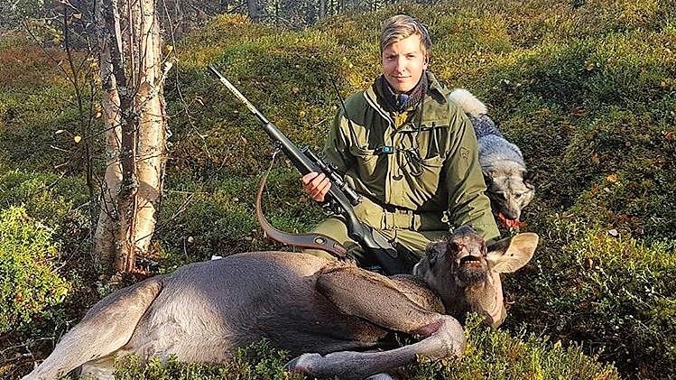 FØRSTE ELGEN: Jørn Berget synes det var en fantastisk opplevelse å felle sin første elg. Foto: Privat.