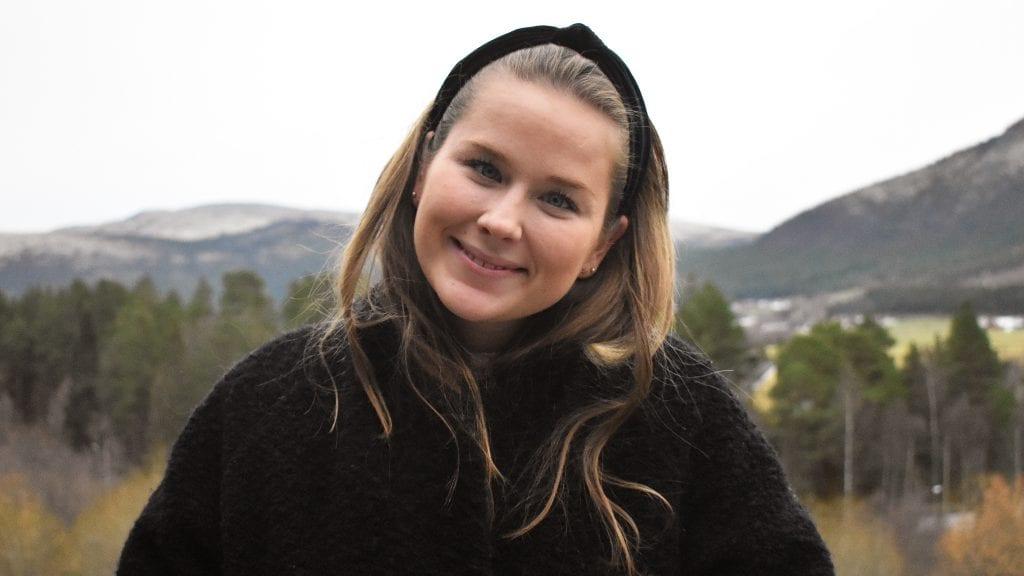 HJEMKJÆR: Klara jobber i NRK i Førde, men er hjemme i Alvdal så ofte hun kan. Foto: Torstein Sagbakken.