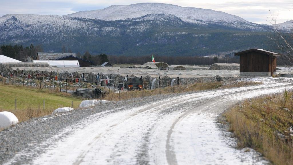 STENGES: Veien langs flomverket mot Folla stenges mellom Moanbrua og Follsund i forbindelse med NATO-øvelsen Trident Juncture. Foto: Ivar Thoresen