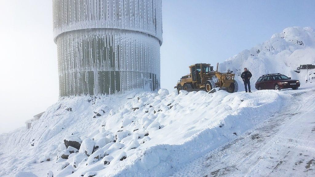 SØNDAGSTUR: Jan Inge Gjermundshaug har laget så fin veg at det er en nytelse å brøyte den til topps. Foto: privat