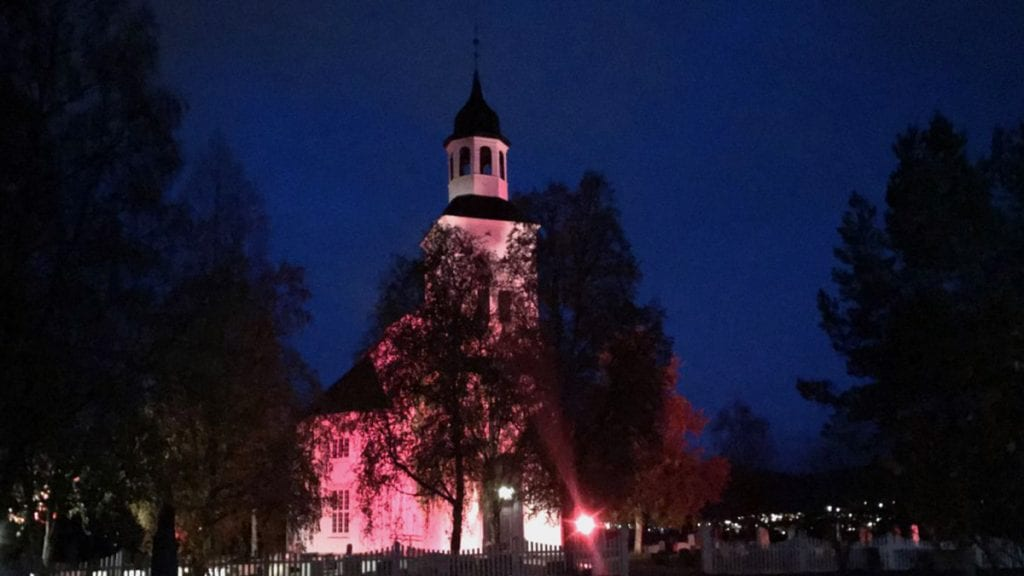 LYSER FOR KREFTSAKEN: Tynset kirke er lyssatt i rosa for å minne om brystkreftsaken. Foto: Jan Kristoffersen