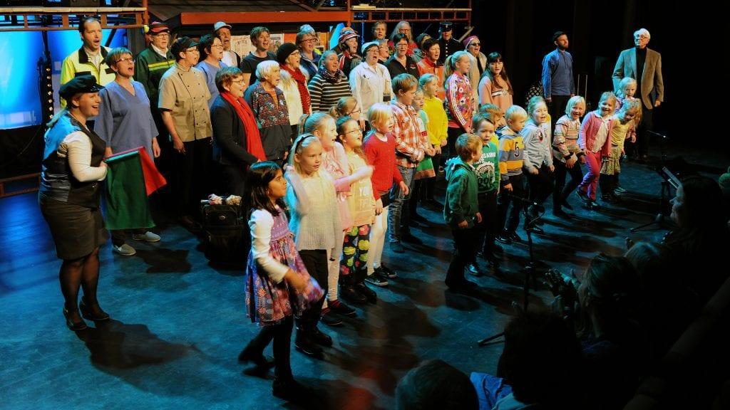 STORE OG SMÅ: Store og små, gamle og unge. Alle ga de sine gode bidrag under premieren på åpningsforestillingen i Kulturstua på Sjulhustunet torsdag. Foto: Ivar Thoresen