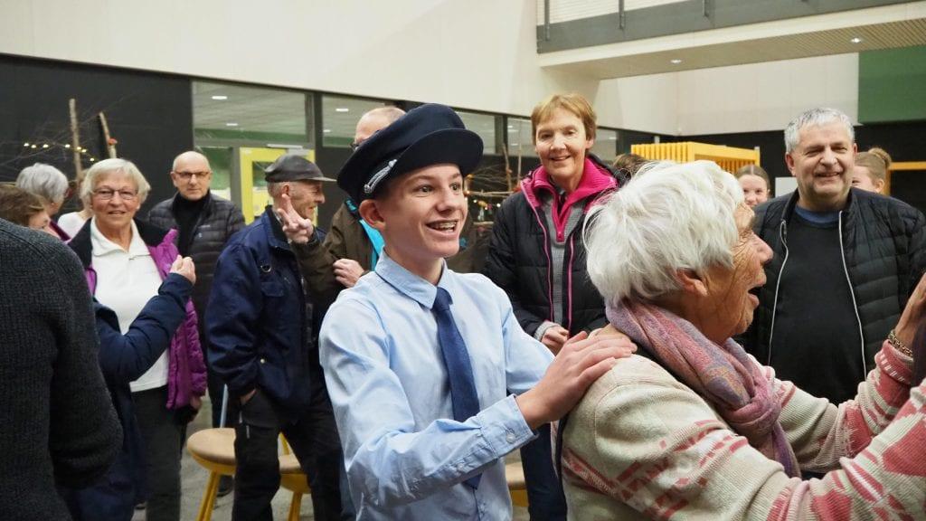 ENGASJERT: Vetle Eggestad Kjeldsen engasjerte alle generasjoner under åpen skole på Sjulhustunet. Foto: Audun Jøstensen Lutnæs