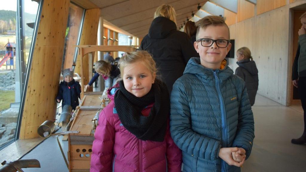 KINO ER GØY: Søsknene Anna og Ola Neslund Øverland synes det er koselig med kino, og søndag så de Karsten og Petra på skattejakt. Foto: Torstein Sagbakken.