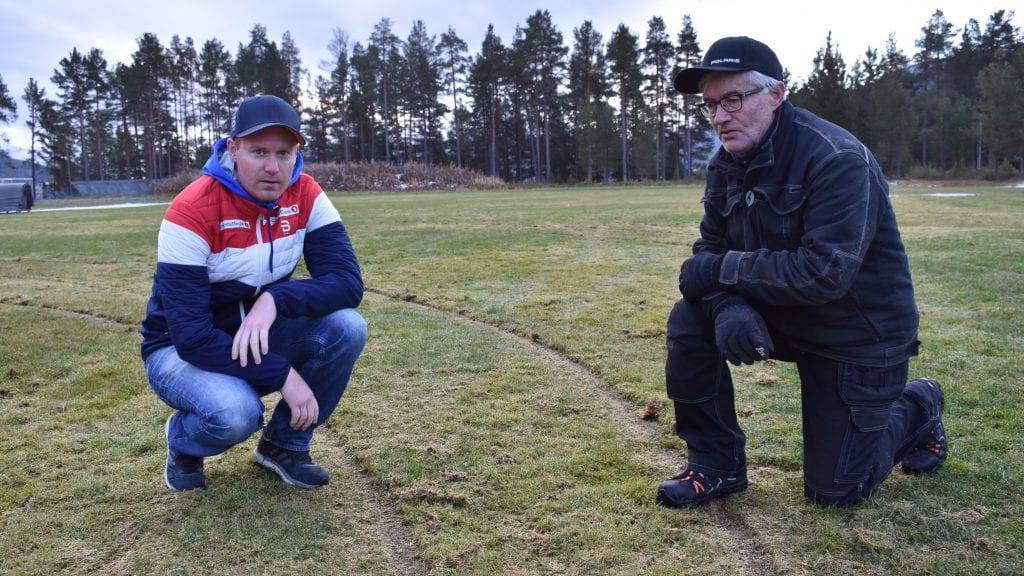 FORBANNET: Daglig leder i Alvdal idrettslag, Kjell Arne Bangen Johnsen, og anleggsansvarlig Audun Eggset, er irritert og skuffet over de som har ødelagt den ene gressbanen på Steimoegga. Foto: Torstein Sagbakken.