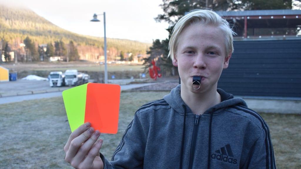 TALENTFULL: Andreas Tveråen er sett på som en av kretsens største dommertalenter og trives selv godt i den svarte drakten. Foto: Torstein Sagbakken.