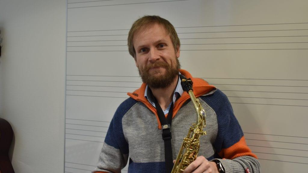 TO NYE TILBUD: Kulturskolerektor Svein Gjelten Bakken er fornøyd med at kulturskolen i Alvdal presenterer to nye tilbud i vinter. Foto: Torstein Sagbakken.