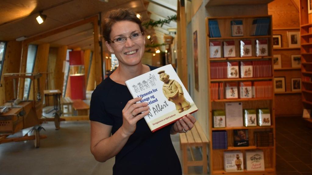 MEDUTGIVER: Aukrustsenteret, her representert ved Ellen Engh, har sammen med Forsvarets Forum ugitt den nye Aukrust-boka. Foto: Torstein Sagbakken.
