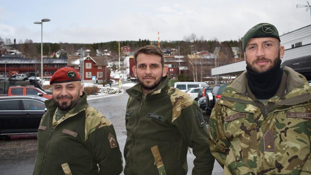 TRIVES: De ungarske soldatene Hernacxki, Kovacs og Aulich trives både i Alvdal og generelt andre steder under NATO-øvelsen Trident Juncture. Foto: Torstein Sagbakken.
