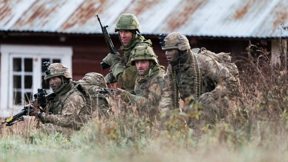SAMMEN I STRID: Ole Syver Dalen (nummer to fra høyre) var en av flere nordmenn som kjempet sammen med de britiske troppene under Trident Juncture. Foto: forsvaret.no