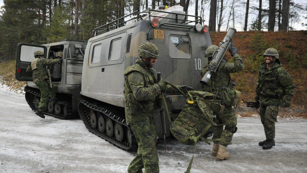 NÆRMER SEG: De canadiske NATO-styrkene nærmer seg Alvdal. Foto: Ivar Thoresen
