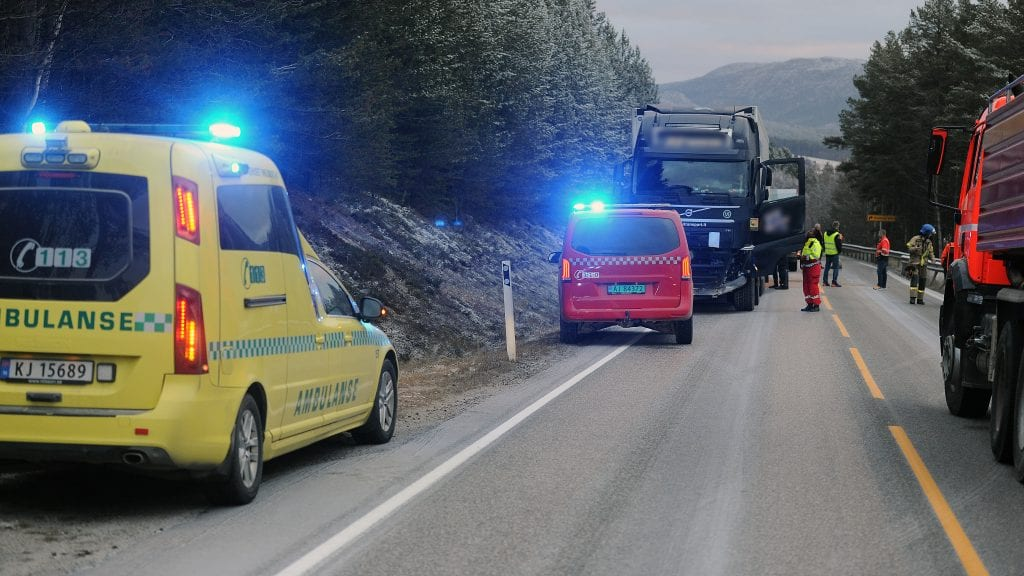 SLENG PÅ HENGEREN: Et utenlandsk vogntog fikk sleng på hengeren og traff et møtende vogntog i fronten, på riksveg 3, cirka fem kilometer sør for Alvdal sentrum lørdag ettermiddag. Foto: Ivar Thoresen
