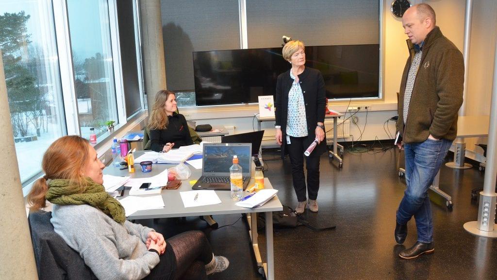 STUDERER: Susanne Raabe og Mona Eggestad Fiskvik studerer organisasjon og ledelse ved tynset studie- og høgskolesenter. I midten ser vi studieleder May Tove Dalbakk og til høyre Sp-leder Trygve Slagsvold Vedum. Foto: Erland Vingelsgård