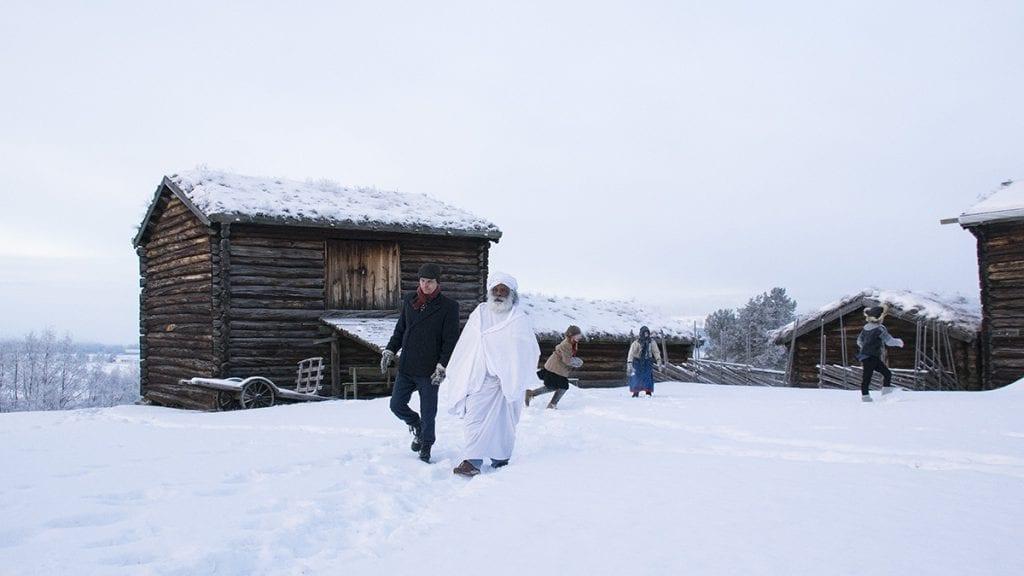 SAMMEN MED DISIPPELEN: Baral (Jaya Palan) diskuterer med Einar Beer (Martin Thorshaug) mens alvdalsunger leker i bakgrunnen. Foto: Tore Rasmussen Steien