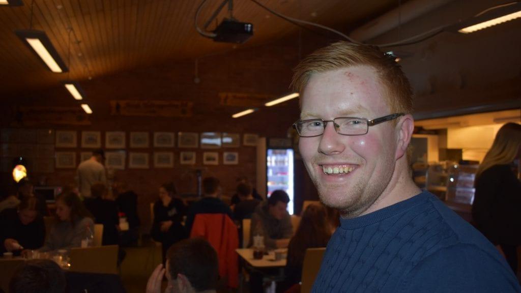 VELFORTJENT SMIL: Leder i Alvdal bygdeungdomslag kan smile over at innsatsen han og mange andre la ned i forbindelse med høstens Plumbo-konsert ga gode resultater. Foto: Torstein Sagbakken.