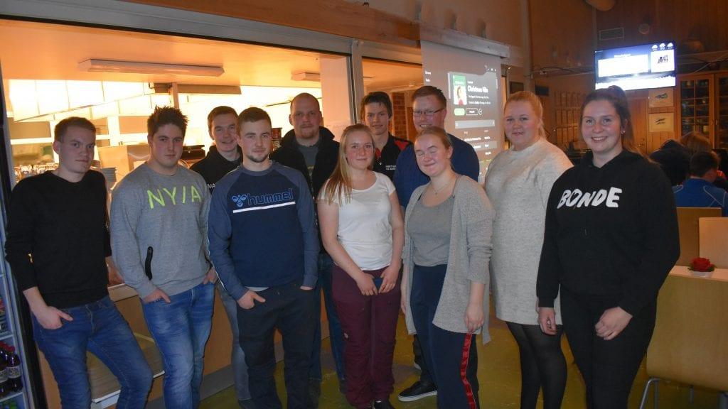 KRAFTTAK MOT KREFT: Alvdal Bygdeungdomslag gjør en innsats for å samle inne penger i forbindelse med aksjonen krafttak mot kreft. Foto: Torstein Sagbakken.