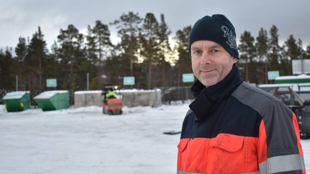 FORNØYD: Ståle Vangskåsen i FIAS er fornøyd med at de går fra tre mål til åtte mål da de åpner bygdas nye gjenvinningsstasjon mandag. Foto: Torstein Sagbakken.
