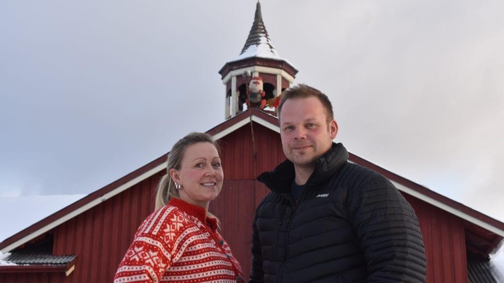 FÅR KOMMENTARER: Monica Øvre og Håkon Esten Steimoen får positive tilbakemeldinger fra både bygdefolk og gjennomreisende at fjøsnissen på Steimoen gård hører med til jula. Foto: Torstein Sagbakken.